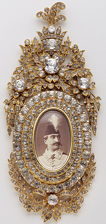 Insignia with the portrait of Nasseral-Din Shah – 2nd half of the 19th century – Gold, silver, diamonds and cut crystal; miniature on ivory.